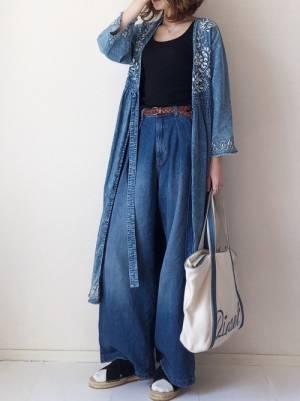 黒のトップス、デニムワイドパンツに刺繍デニムガウンを着た女性
