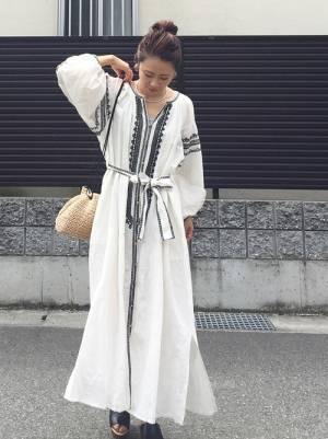 白の刺繍ワンピースを着た女性