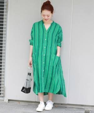 グリーンのリネンのシャツワンピを着た女性