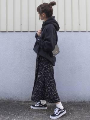 黒のパーカーにドットスカート、スニーカーを合わせたコーデ