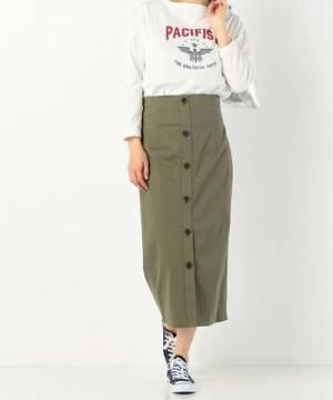 白のロゴTにカーキのタイトスカートを履いた女性