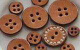 ひとつひとつ手づくりする、革のボタンと小物―saji